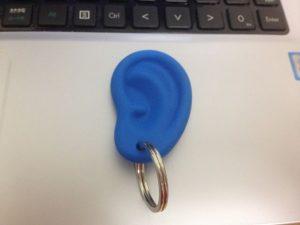 耳たぶに付けたイヤリング風のキーホルダーの使いどころ