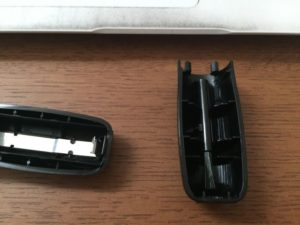 電池ケースのフタを裏返すと、ヘッド部分を掃除する小さいブラシが付いてます。